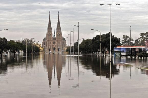 Hay evacuados en cuatro departamentos, campos inundados y árboles caídos. Foto: Reuters.