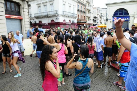 Fin de año con mucho alcohol en el Mercado del Puerto. Foto: Marcelo Bonjour