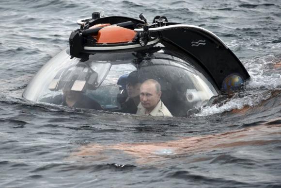 Vladimir Putin a bordo de un submarino. Foto: Reuters.