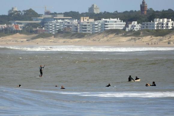 Surf en La Barra. Foto: Ricardo Figueredo.