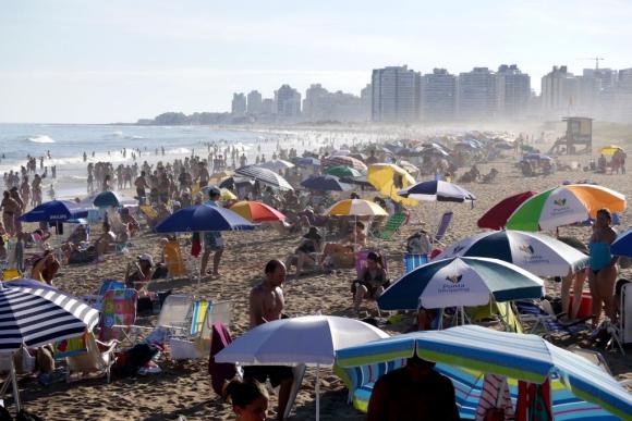 PLAYA. En enero, el 70% de los turistas que llegaron fueron argentinos, 15% brasileños y 15% de otros. Foto: Ricardo Figueredo