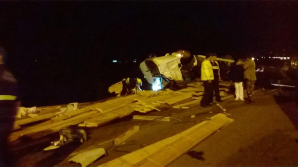 Volcó un camión cargado de madera en ruta 5, Durazno. Foto: Alternativa Durazno