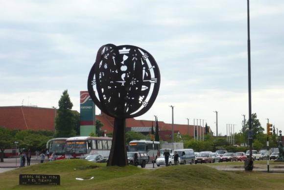 El árbol de la vida, de Mario Lorieto, en Avenida Italia y Bolivia.
