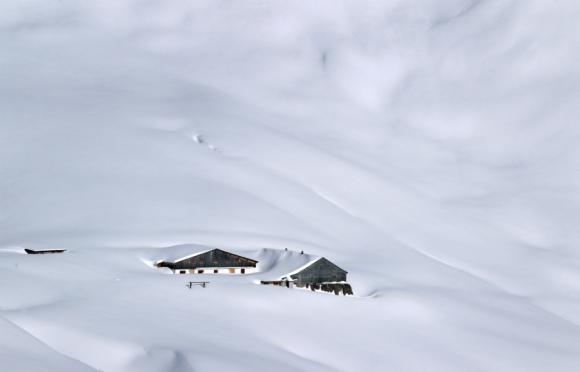 Una cabaña quedó prácticamente tapada por la nieve en el sur de Alemania. Foto: AFP