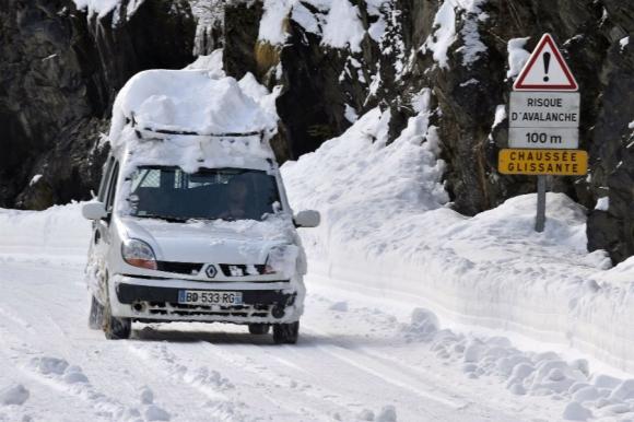 La nieve tapa la ruta y un vehículo en Francia. Foto: AFP