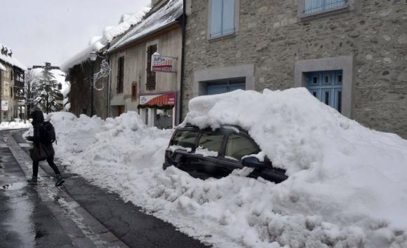 Un auto quedó tapado por la nieve en Francia. Foto: AFP