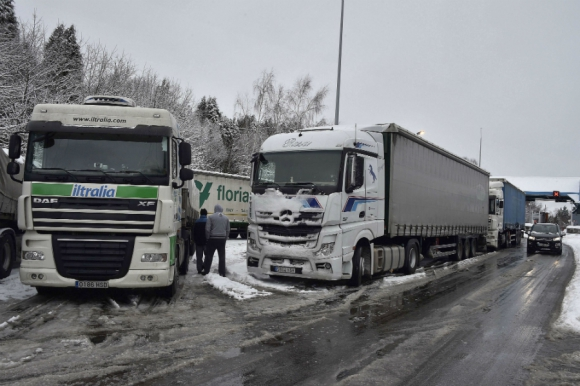 Camioneros esperan que se habiliten las rutas en el sur de Francia. Foto: AFP