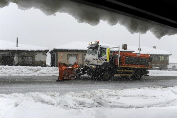 En España utilizan camiones con pala para despejar la nieve. Foto: Reuters