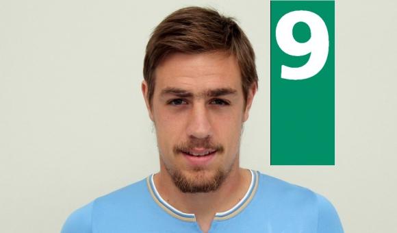 En los dos partidos, pero sobre todo anoche, dejó el nivel altísimo para cuando regrese Giménez. Un pilar en defensa que supo asistir a Godín en el primer gol.