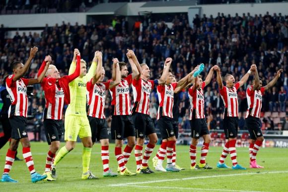 Los jugadores del PSV festejan el triunfo ante el United. Foto: Reuters.