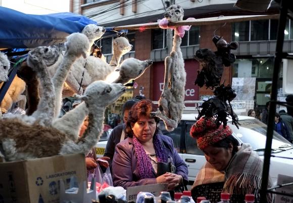 Una mujer de compras para la ceremonia.
