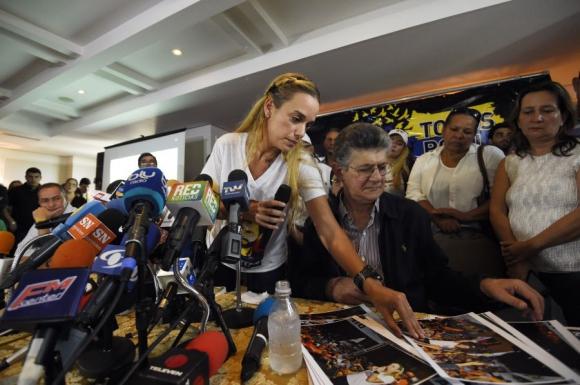 Lilián Tintori mostró pruebas del asesinato de Díaz.