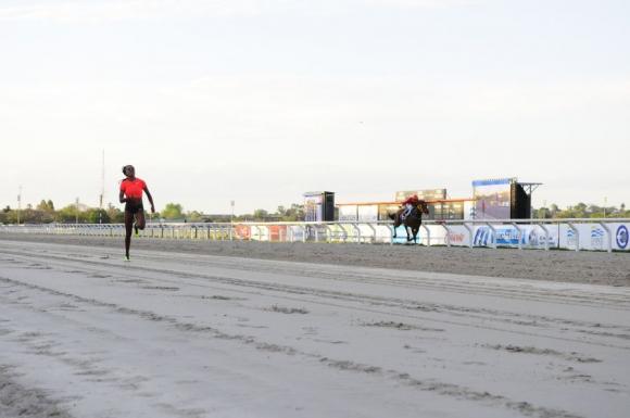Déborah Rodríguez corrió contra el caballo Alevoso en Maroñas. Foto: Marcelo Bonjour.