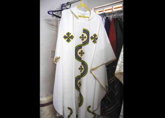 Desde hace dos meses en Kenia trabajan en el vestuario del papa Francisco. Foto: EFE