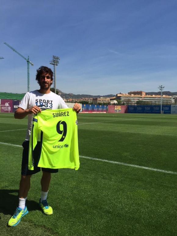 Cuevas recibió la camiseta del Barca