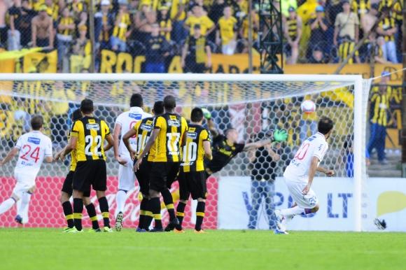 El gol del Chino Recoba que dejó a Nacional como ganador del Clásico. Foto: Marcelo Bonjour
