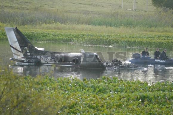 Rescate de avión estrellado en Laguna del Sauce. Foto: Ricardo Figueredo.