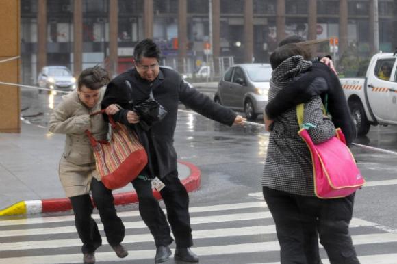 En un día tormentoso, hasta resulta difícil cruzar la calle.