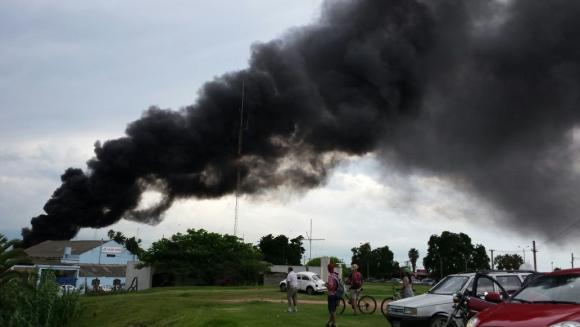 Incendio en el Puerto del Buceo. Foto: Lucia Baldomir