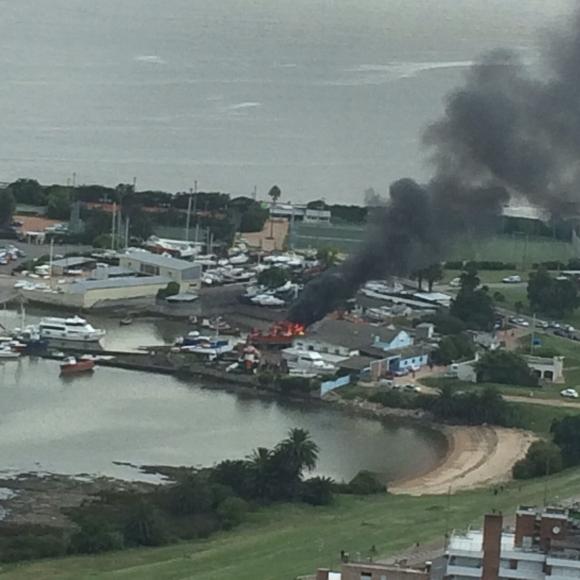 Incendio en el Puerto del Buceo.