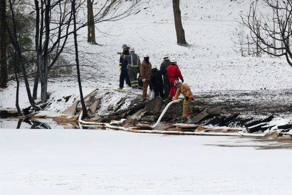 Bomberos y servicios de emergencia trabajan en el lugar del accidente. Foto: Reuters