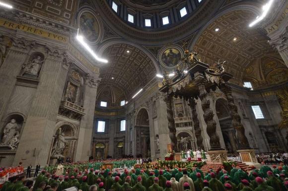 Ayer, Francisco ofreció una misa en la basílica para la apertura del sínodo. Foto: AFP