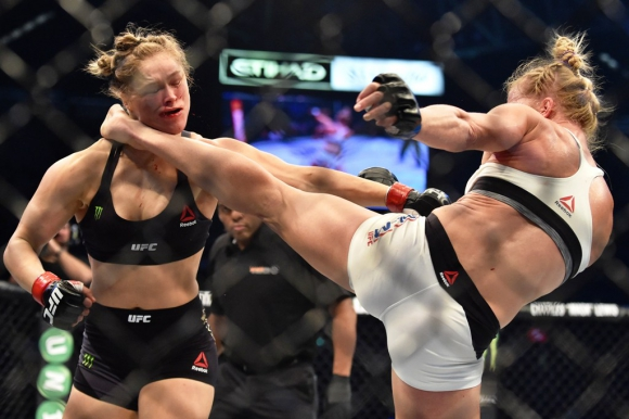 Ronda Rousey recibiendo la impresionante patada previa al KO de Holly Holm. Foto: AFP.