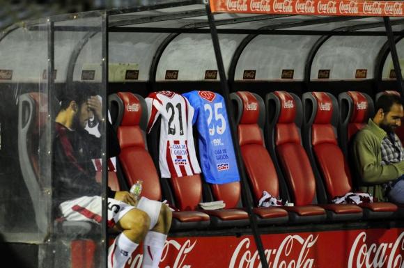 Darío Flores, lesionado, se lamenta en el banco de River Plate. Foto: Marcelo Bonjour