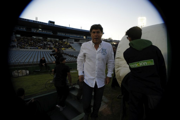 Juan Ramón Carrasco ingresa a la cancha. Foto: Fernando Ponzetto