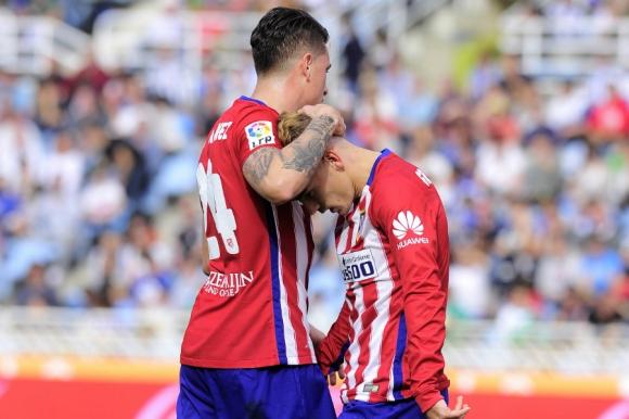 Los dos uruguayos saludaron a Griezmann por su gol, que no festejó por su pasado como futbolista de la Real Sociedad. Foto: AFP