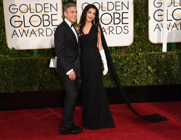 George Clooney y Amal Clooney en la alfombra roja de los Globos de Oro. Foto: AFP.