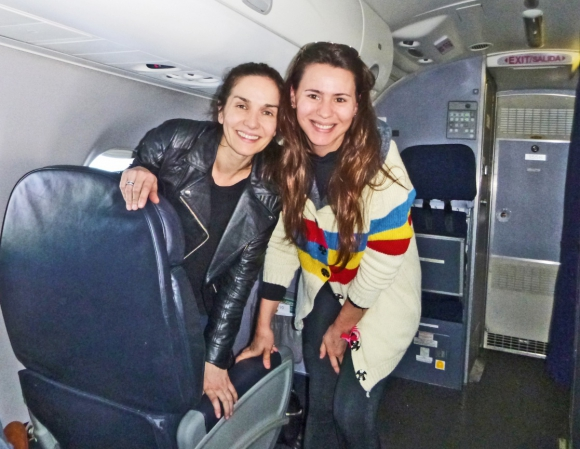 Flavia Pintos junto a una Natalia Oreiro a cara lavada, rumbo a Jamaica.