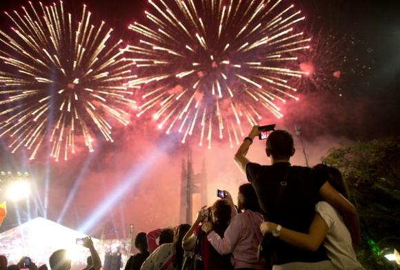 Fuegos artificiales iluminan el cielo de Manila. Foto: AFP