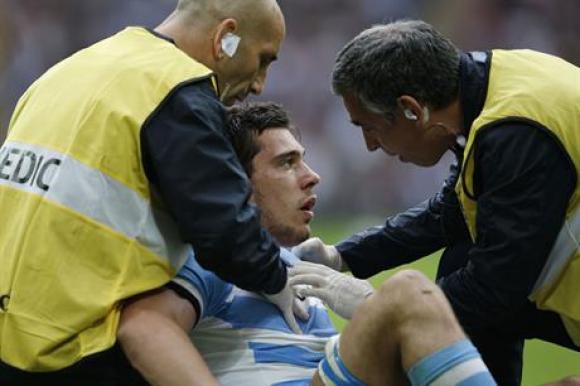 Guido Petti siendo atendido después de sufrir el golpe en el partido. Foto: AFP.