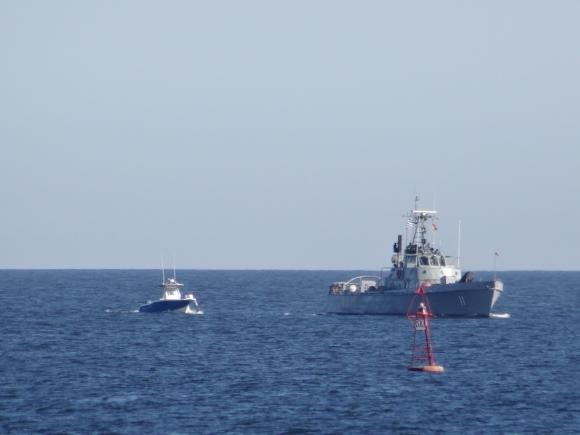 Armada remolca lancha desaparecida. Foto: Ricardo Figueredo