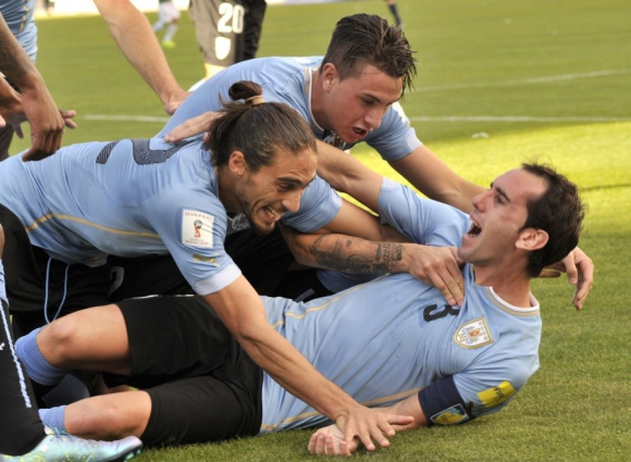 Godín festeja el segundo gol de Uruguay en La Paz. Foto: AFP