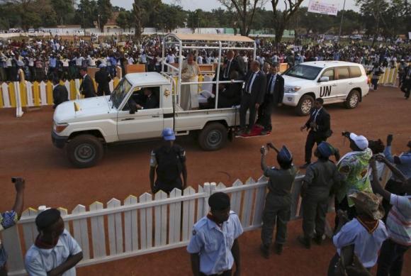 El Papa saluda a los fieles en la capital Bangui. Foto: Reuters