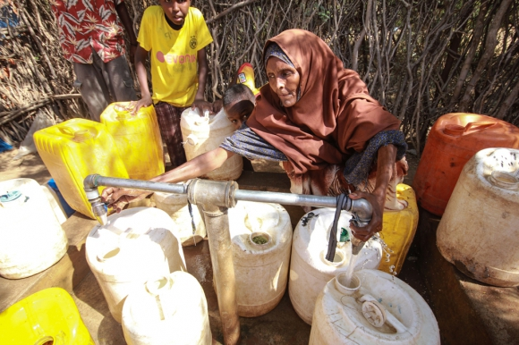 Una mujer busca agua en la fuente de agua del campo de refugiados de Dagahaley. Foto: Tom Maruko /MSF