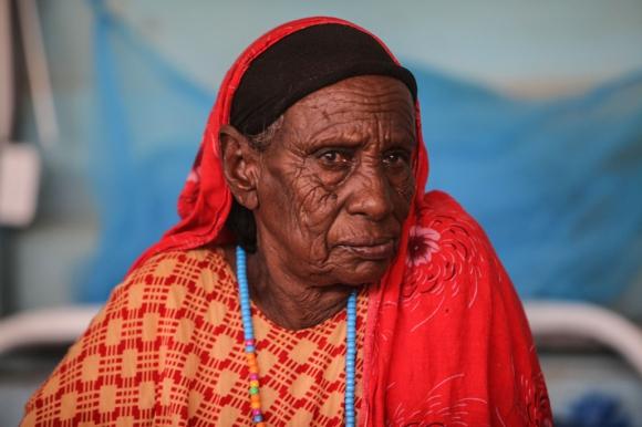 Una anciana se sienta en su cama en el hospital de Médicos Sin Fronteras (MSF) en Dagahaley.  Foto: Tom Maruko /MSF