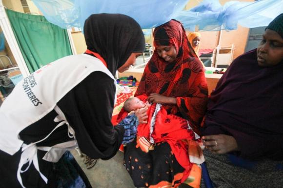 Una enfermera de la sala de maternidad del hospital de Dagahaley atiende a una madre y a su hijo. Foto: Tom Maruko / MSF.