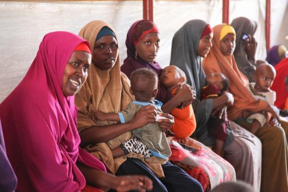 Mujeres y niños esperan a ser atendidos en uno de los cuatro puestos de salud de Médicos Sin Fronteras (MSF) en el campo de refugiados de Dagahaley. Foto: Tom Maruko / MSF