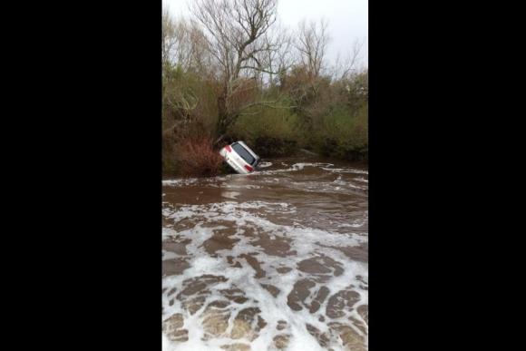 Flores: una camioneta con cuatro personas fue arrastrada ayer por las aguas del Paso La Tahona. Foto: @RBEROIS.
