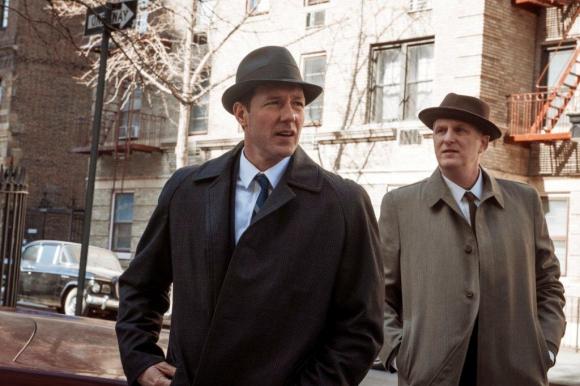 Edward Burns es un policía que combate la corrupción.