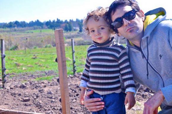 Los otros protagonistas del libro: Vicente (2 años) y su padre, el conductor de TV, radio y murguista Diego Waisrub.