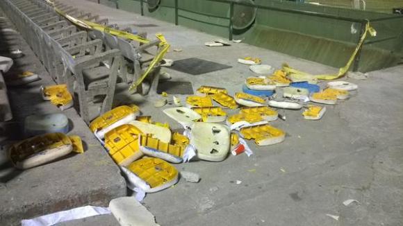 Así quedó la el talud de la Amsterdam tras los incidentes. Foto: @angel_aste