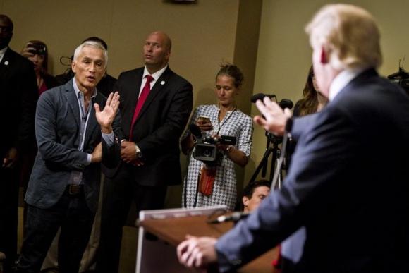 Discusión entre Donald Trump y Jorge Ramos. Foto: Reuters.