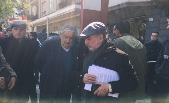 El senador José Mujica y Mario Carrero, miembro del sindicato del gas.