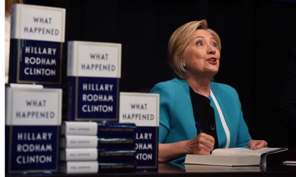 Hillary Clinton firmando sus memorias en un evento en Nueva York. Foto: AFP