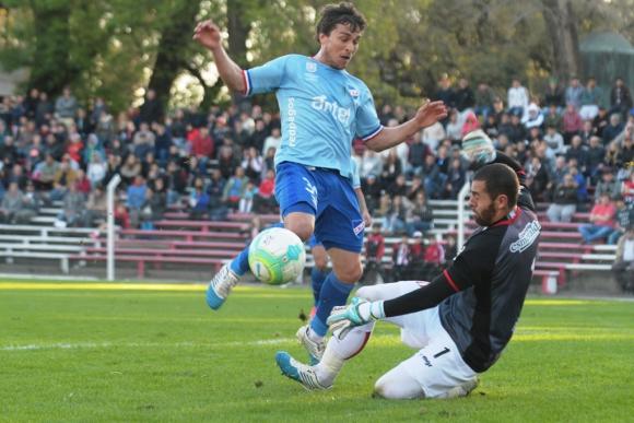 """Nicola Pérez le tapa al gol a """"Seba"""" Fernández."""