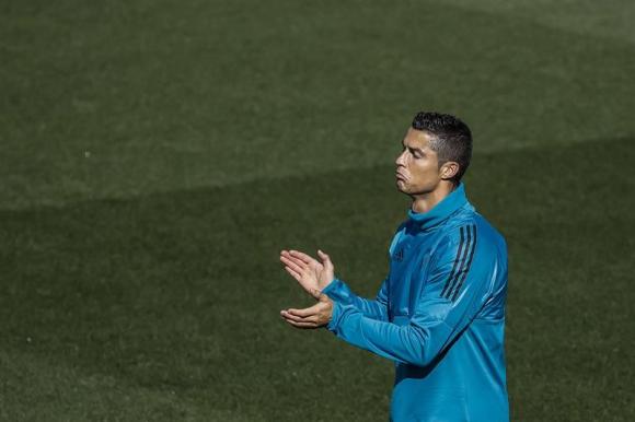 Cristiano Ronaldo aplaudiendo en el entrenamiento del Real Madrid. Foto: EFE